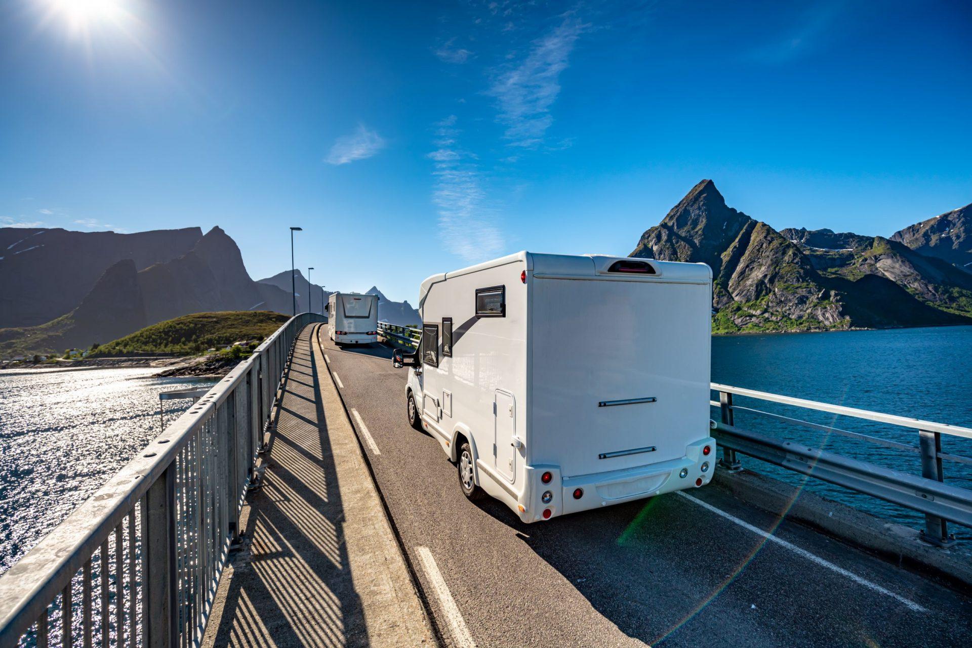 caravan aan het reizen door het land