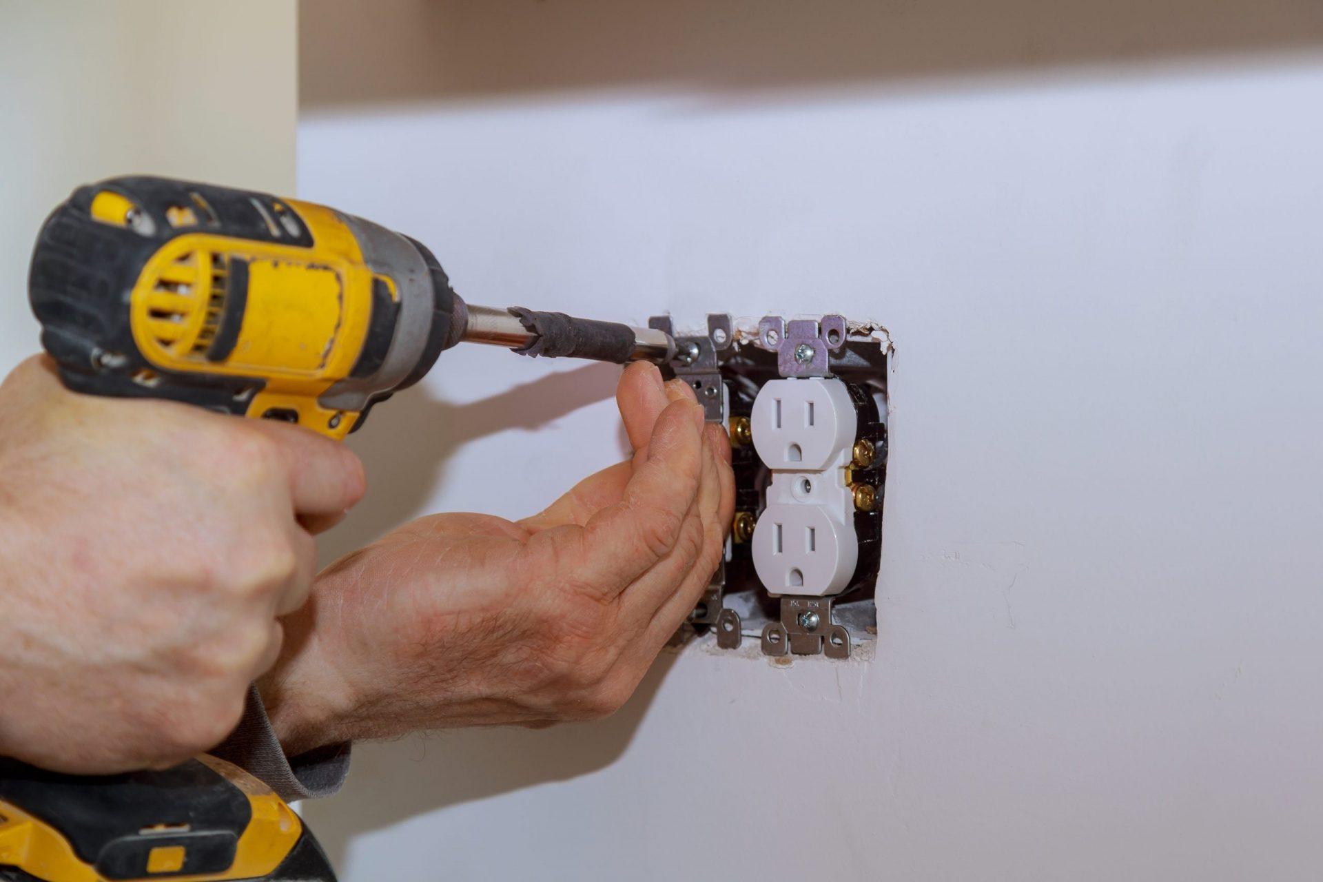 Elektricien installeert wandcontactdoos