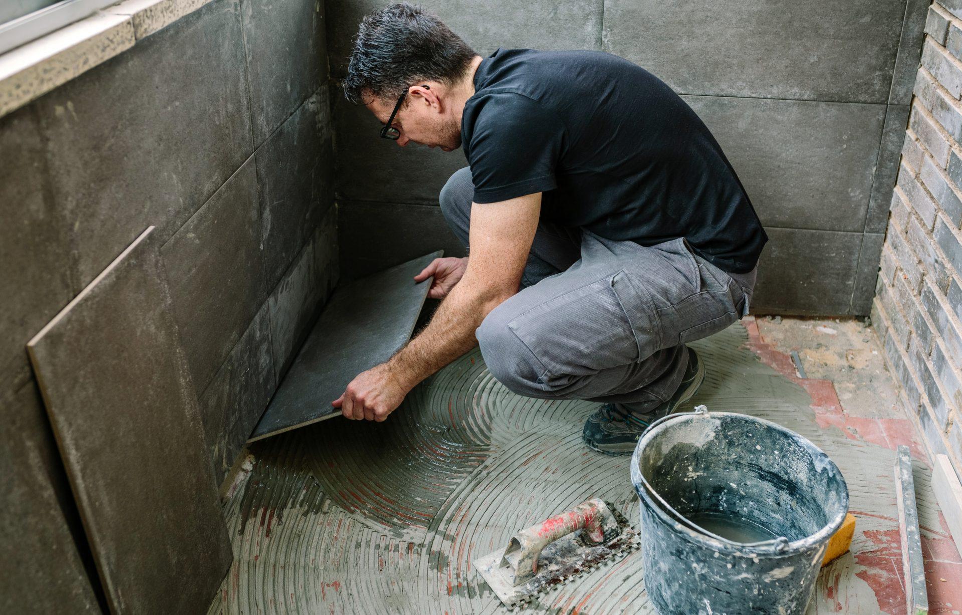 Badkamer betegelen door tegelzetter